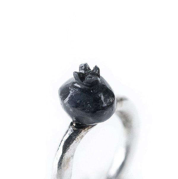 Anello con melograno in argento patina nera, creazione artigianale.