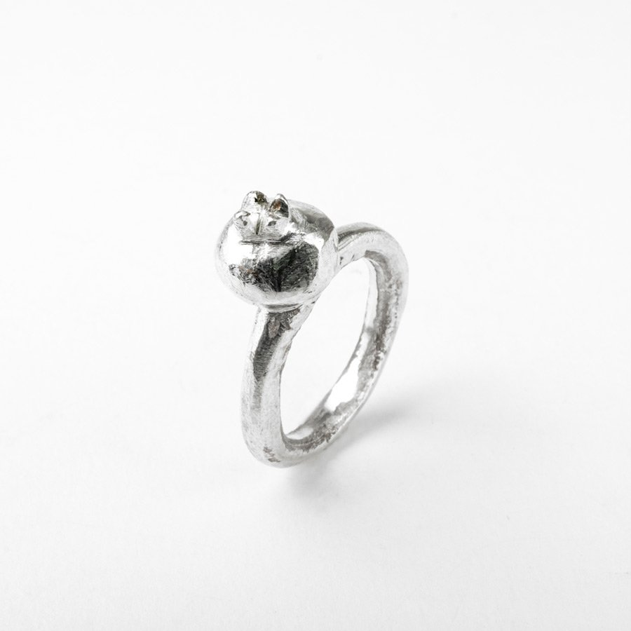 Anello melograno, gioiello unico, realizzato con l'antica tecnica della fusione in osso di seppia.
