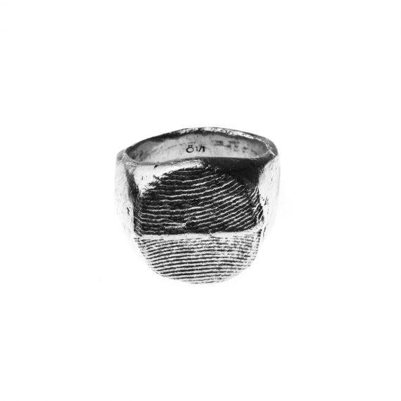 Anello chevalier in argento con texture osso di seppia