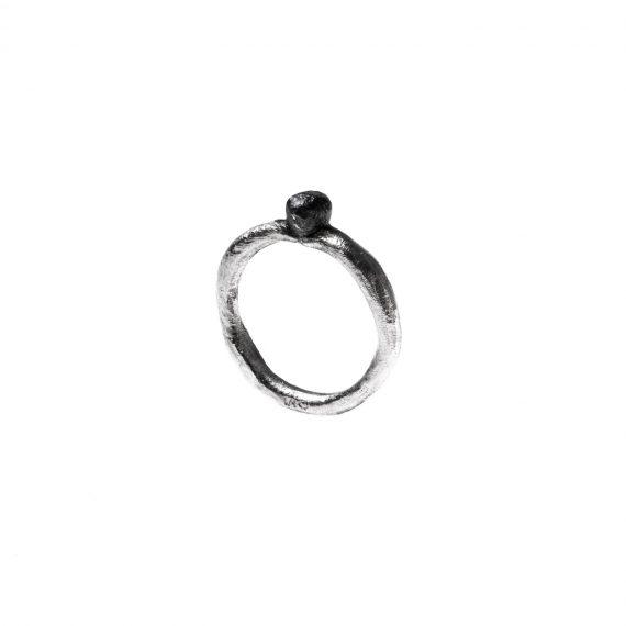 Mirto, anelli sottili in argento, fusi in osso di seppia