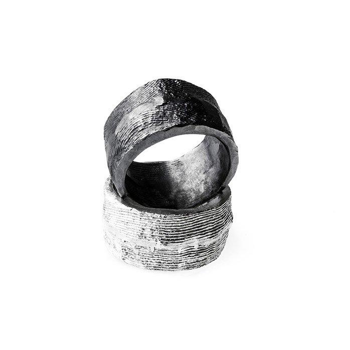 Anelli artigianali realizzati con la fusione in osso di seppia