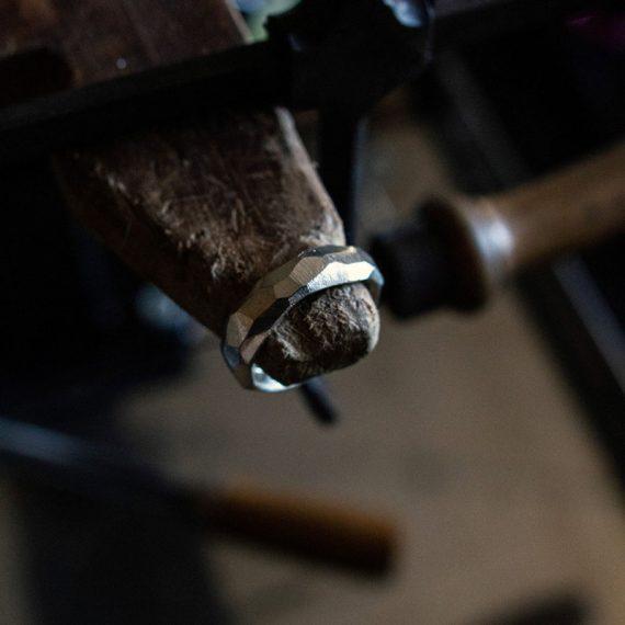Anello artigianale realizzato con la fusione in osso di seppia