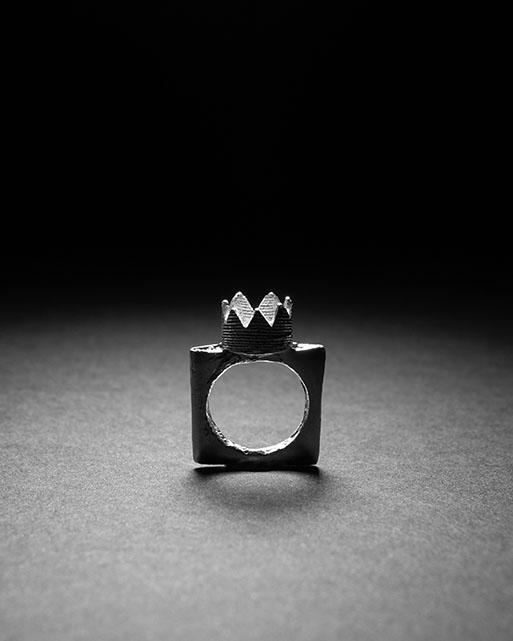 Anello con corona RE, finitura materica e unica.